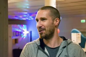 Fritidsledaren Tobias Pernu trivs med att arbete med unga som befinner sig i riskzonen.