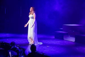 Anna Ulin i en av sina många och högkvalitativa sångframträdanden.