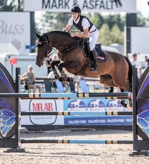 Ingemar Hammarström rider två hästar i JSM.