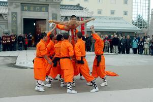 Bild: Pernilla Wahlman datum: 2005-10-21.Med rökelse, böner och slagkraftig kung fu invigdes Dragon Gate i Älvkarleby. 22