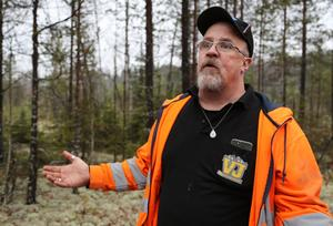 Jahn-Gunnar Hamberg anmälde det som han anser vara en stor miljöskandal till kommunen för ett par veckor sedan. Kommunen i tur har jobbat med det här länge och de överväger nu att dela ut ett förläggande med vite för att markägaren ska städa upp i området.