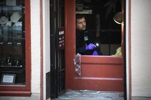 Polisens tekniker sökte spår i butiken.