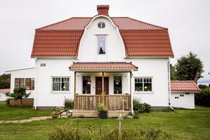 Entrén till huset ska på sikt ramas in i samma stil som det nya uterummet (som syns till vänster i bild).