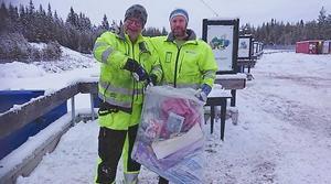 Thore Lundborg och Björn Eriksson visar hur sopsäckarna ska se ut från 1 januari 2019. Foto: Anders Björk, Härjedalens kommun.