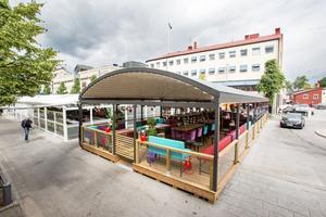 Örebro kommun påtalade att uteserveringen byggts upp 17 centimeter över kantstenen, som markerade gräns för höjd på serveringen.