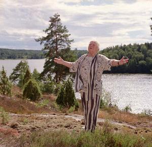 Sif Ruud skulle fylla 80 år och dansade inför kameran. Foto: Lasse Halvarsson
