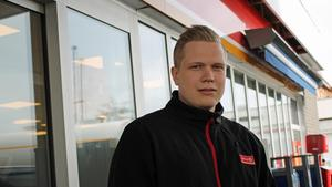 Alve Kjellström utanför stationen i Norrtälje där han började som inhoppare 2016.