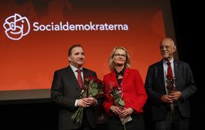 I förra månaden talade statsminister Stefan Löfven  i Upplands Väsby vid Socialdemokraternas upptaktsmöte inför Europaparlamentsvalet. Med på bilden är även partiets toppkandidat i nämnda val, Heléne Fritzon (S) och EU-minister Hans Dahlgren. Foto: Christine Olsson / TT