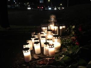 Många besökte olycksplatsen på lördagen för att lämna blommor och tända ljus.