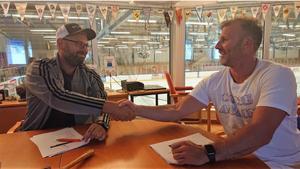 Arbogas sportchef Patrik Månsson och Conny Strömberg när veteranen skrev på för klubben. Det blev till slut två månader, men nu går de skilda vägar.