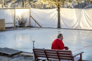 Tommy Segersten tröttnade på det han upplevde som att kommunen inte ville stötta isytorna i Hackås. Därför byggde han en egen rink hemma på tomten.