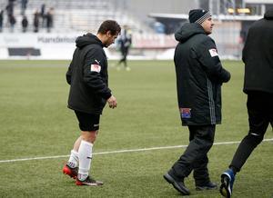 ÖSK-kaptenen Nordin Gerzic linkar av Behrn arena med tejpat lår.