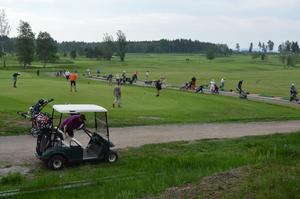 Massor av golfande pensionärer värmer upp på range- och övningsgreen vid Samuelsdals golfbana inför årets SPF-mästerskap. Foto: Sven Olsson/Läsarbild