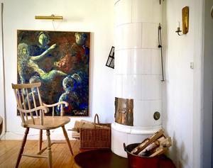 En målning signerad Olof Broman, tillsammans med en egenhändigt svarvad kopia av en av Sveriges första pinnstolar. Originalet tillverkades i fabriken strax intill huset.