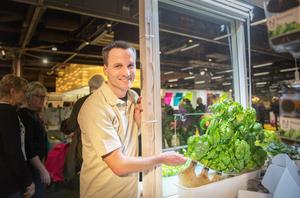 """Niklas Hjelm från föreningen Hemmaodlat visar och förklarar hur du kan odla med vatten i stället för jord. """"Jag, liksom många andra har Mandelmanns som idoler – men jag jobbar, har småbarn och andra intressen så jag vill att min odling ska kunna sköta sig själv. Det kan man när man odlar så här"""", säger Niklas Hjelm."""