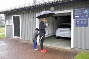 Med en app är det bara att låsa upp garaget och bilen, visar Thomas Kjellsson.