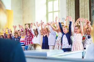 Förskoleklassen och årskurs ett sjöng in sommarlovet med låten Sommarlov.