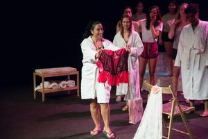 Yelda Hadodo spelar brudens syster, som värnar tvåsamheten och det traditionella bröllopet.