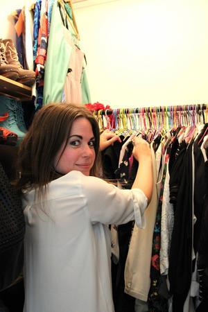 Camilla Norin var tidig med att shoppa second hand kläder, vilket i dag 14 år senare är en stor trend. Garderoben är fylld av fynd hon hittat de senaste tio åren.