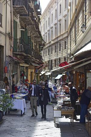 På promenad i La Vucciria, de urgamla marknadskvarteren i centrala Palermo.   Foto: Ola Wickander/TT