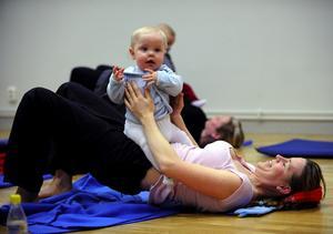 Barbro Larsson och Alfred Johansson är två av många deltagare i mamma-barnyogan. Foto:Janne Eriksson