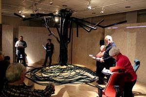 I Dalvedhs performance på Gaaltje i lördags medverkade Håkon Hermanstrand, Sissel M. Berg, Sagka Stångberg, Sverre Fjell och Inger Zachrisson. I bakgrunden en videoinstallation och i mitten ett skulpturalt instrument, eller en