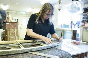 Att rusta fönster är byggnadsvård på hög nivå. Maritha Gunnarsson ordnar kurser i konsten att skära glas, kitta och fixa fint.