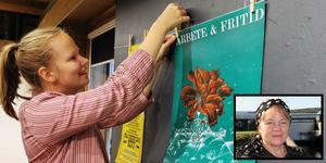 Ingrid Bergström Nilsson hänger upp en av affischerna i utställningen på Kvarnen. Infällda bilden visar Ragnhild Sandelius Brodow som är projektledare för Gatans rum.