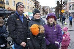 Martin Tengqvist och Sara Skogefält med barnen Felicia och Wilgot promenerar för tredje gången. –Wilgot har haft diabetes i fem år så vi tycker att promenaden är ett enkelt sätt att bidra för att uppmärksamma sjukdomen, säger Martin Tengqvist.