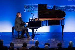 Christian Ihle Hadland, piano lyckas gestalta det mer eftertänksamma i och introverta i Schumanns musik. Foto: Nikolaj Lund.