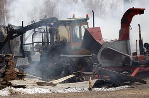 Verkstaden i Nybodarna gick inte att rädda, men ägarna vill gärna tacka den förbipasserande som på söndagskvällen stannade och berättade att det brann.
