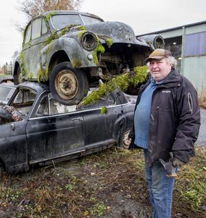 Calle Lundkvist med en mossbevuxen skrotbil han hämtade i skogen i helgen.