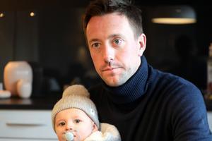 Ian Burchnall med sonen Leo i famnen.
