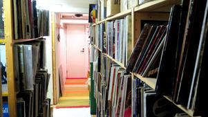 I detta rum i Conny Perssons källare står allsköns plattor. De fyra barnen har fått plocka det de vill.