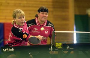 Sofia Westholm i en dubbelmatch med Barbro Wiktorsson från tiden i Långshyttans BK i början av 2000-talet. Foto: Bengt Karlsson