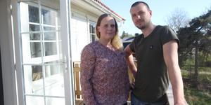 Ida och Kristofer Alexis  lät bygga ett hus i Vanstabyn, Ösmo. Byggfirman FLQ vägrade åtgärda nästan samtliga fel som besiktningsmännen har hittat.