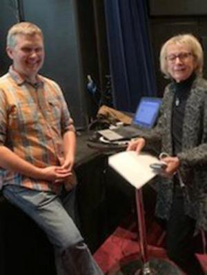 Käkkirurgen Per-Ola Malmström besökte Osteoporosföreningens möte. Här ser vi honom tillsammans  med vice ordförande, Anne-Marie Jaarnek. Foto: Kristina Andersson