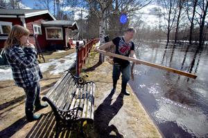 Lena och Ilkka har haft koll på hur vattnet höjts, nu verkar det som att det sjunker.
