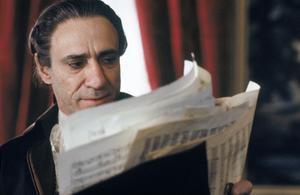 Med avund läser Antonio Salieri (F.  Murray Abraham) Wolfgang Amadeus Mozarts noter i filmen