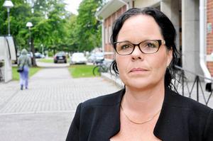 Kommunalrådet Marie Larsson (S) försvarar den föreslagna delningen av nämnden med att man på sikt kan jobba smidigare med utbildnings- och omsorgsfrågor och därmed spara pengar för kommunen.