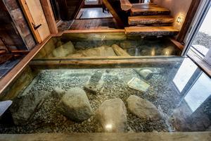 Under pansarglaset på nedre plan ligger stenbumlingar och gamla klenoder. Foto: Fisheye Foto i Roslagen