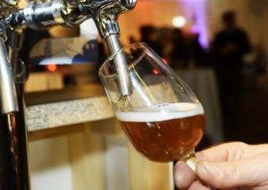 Öl bygger i huvudsak på jäst, humle och malt.