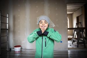 Adar Kaya har fått hjälpa till att både måla och bygga. Förhoppningsvis blir hans rum målat i rött och klart att flytta in i till sommaren.