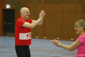 Nisse Hägglund och AnnMarie Danell jublar efter ett mål i gåfotbollen.