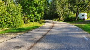 En decimeterbred oljesträng låg längs med över en kilometer av gamla Norbergsvägen.