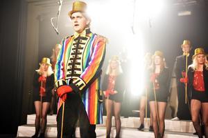 Henrik Frost fick inleda hela showen med Mirandakören där han sjöng solo under låten The Greatest Show, ur filmen The Greatest Showman.