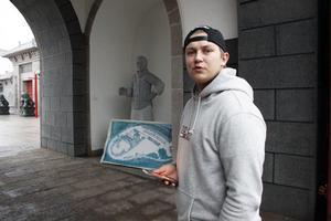 Emil Gustafsson, som jobbar i fiket på Dragon Gate, vid starten för frågerundan.