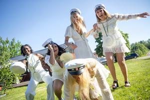 Tik-tokdans med klasskompisarna. Bredvid Barebe dansar Nadia Chaemket, Tilde Campbell Serrander ,  Emilia Åström och Ida Sjödin Johansson som har trillat.
