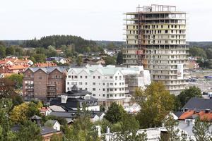 Samma vy i augusti 2018. Det första bostadshuset, Hamnhus 1, bildas av flera huskroppar. Med olika fasader, vit puts samt brunrött tegel, gör att byggnaderna inte ser allt för stora ut. Öster om kvarteret pågår bygget av Soltornet, det första av två torn med bostäder.