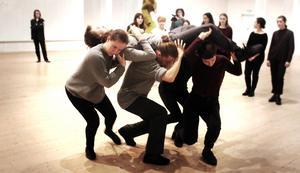 De unga dansarna uppvisar en imponerande skicklighet.